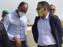 وزير الرياضة ورئيس الاتحادية كرة القدم أحمد ولد يحي خلال زيارة ملعب نواذيبو (أرشيف)